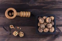 Noix avec le casse-noix sur la table en bois Image stock