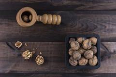 Noix avec le casse-noix sur la table en bois Images libres de droits