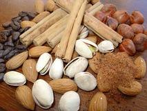 Noix, cannelle et café mélangés Image stock