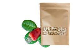 Noix de cajou dans le sac de empaquetage avec le fruit photos stock