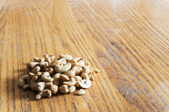 Noix de cajou sur une table en bois Image stock