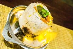 Noix de coco avec la soupe à fruits de mer à l'intérieur Images libres de droits