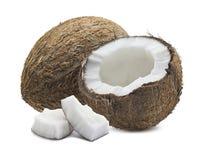 Noix de coco brune entière, moitié cassée et morceaux d'isolement sur le blanc Photos stock