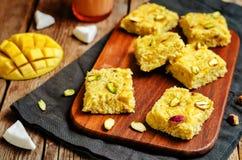 Noix de coco Burfi de mangue Bonbons indiens Photos stock
