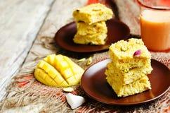 Noix de coco Burfi de mangue Bonbons indiens Images libres de droits