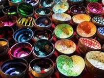 Noix de coco colorée Shell Bowls t le marché en plein air de week-end image stock
