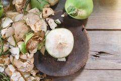 Noix de coco d'épluchage Images stock