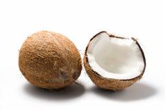 Noix de coco entières et ouvertes d'isolement Photo stock