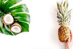 Noix de coco et ananas coupés en tranches dans la maquette blanche de vue supérieure de fond d'été de conception exotique de frui photos stock