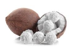 Noix de coco et demi noix de coco avec des sucreries de noix de coco d'isolement Images libres de droits