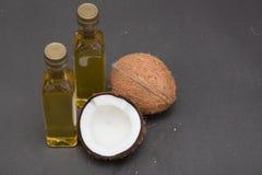 Noix de coco et pétrole d'isolement sur le noir Photo stock