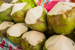 Noix de coco fraîches sur le marché Fruit tropical frais Image stock
