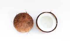 Noix de coco mûres et demi noix de coco sur le fond blanc Photographie stock