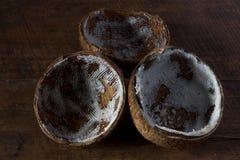 Noix de coco sèche sur la table photos libres de droits