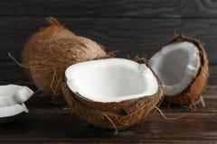 Noix de coco sur la table en bois image libre de droits