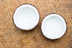 Noix de coco sur le fond en bois de table Photographie stock libre de droits