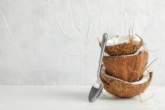 Noix de coco tropicale de pile avec la cuillère sur la table en bois images libres de droits
