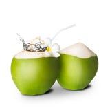 Noix de coco verte avec l'éclaboussure de l'eau image stock