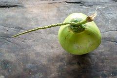 Noix de coco verte sur le fond en bois Photo libre de droits