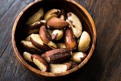 Noix du brésil dans la cuvette en bois sans Shell image stock