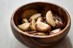 Noix du brésil dans la cuvette en bois sans Shell images stock