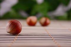 Noix en bois sur une serviette en bois Image libre de droits