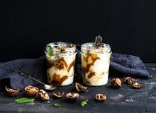 Noix et glace salée de caramel dans des pots en verre Image libre de droits
