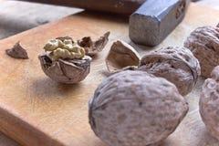 Noix et marteau criqués Photo stock