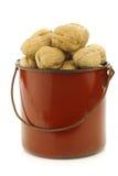 Noix fraîches dans un émail faisant cuire le pot Photo stock
