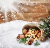 Noix montant en cascade sur la neige de l'hiver Photo stock