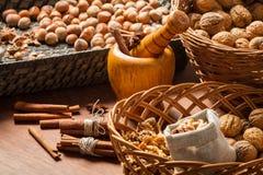Noix, noisettes et cannelle dans les paniers en osier photo stock