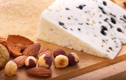 Noix, pommes sèches et fromage bleu Images stock
