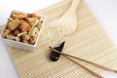 Noix, riz, cuillère et baguettes rôtis japonais Photographie stock libre de droits