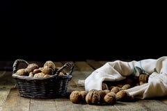 Noix savoureuses dans un panier sur une table de cuisine Saison d'automne courtisez photo stock
