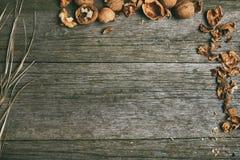 Noix sur la table en bois rustique avec la paille, l'espace de copie pour le texte Images libres de droits