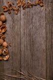 Noix sur le fond rustique de conseil en bois avec l'espace de copie de paille pour le texte Image libre de droits