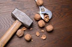 Noix sur un fond en bois Photo stock