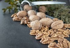 Noix sur un fond noir, noyaux de noix Nourriture saine de noix photos stock