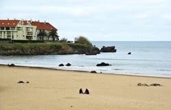 Noja, Espagne - 2 avril 2015 : Un groupe de jeunes sur la plage Photos stock