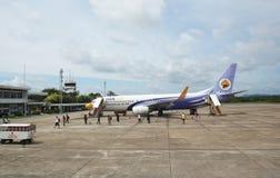 Nok空中飞机在素叻他尼国际机场登陆了 免版税库存照片