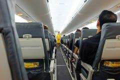 Nok航空小队乘务员展示安全设备,当在飞机上时 免版税库存图片