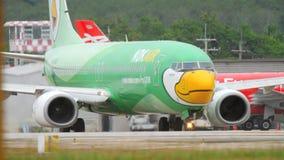 Nok-luft Boeing 737 som åker taxi lager videofilmer