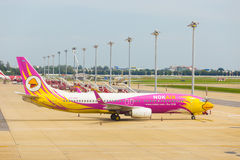 Nok powietrza Don Mueang samolot Parkujący lotnisko Obraz Stock