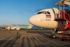 Nokair的飞机亚洲航空的空中客车平面前面  库存照片