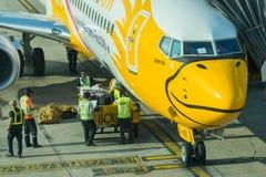 NOKAIR航空公司在飞机上的装货货物 免版税库存图片