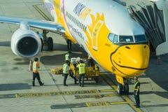 NOKAIR航空公司在飞机上的装货货物 库存图片