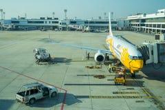 NOKAIR航空公司在飞机上的装货货物 免版税图库摄影