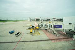 NOKAIR linii lotniczej ładowniczy ładunek na samolocie przy bramą w Don Mueang lotnisku międzynarodowym DMK Fotografia Royalty Free