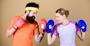 nokaut i energia pary szkolenie w bokserskich rękawiczkach pociąg z trenerem sportswear uderzający pięścią, sporta sukces Szczęśl fotografia royalty free