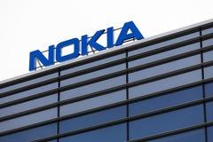 Nokia märkesnamn överst av en kontorsbyggnad royaltyfria bilder